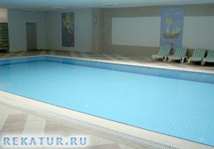 Крытый бассейн отеля Holiday Garden Resort